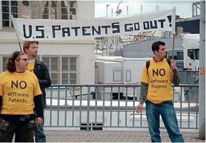 Mit Plakaten warben Patentgegner für eine Ablehnung der Richtlinie im Straßburger EU-Parlament.