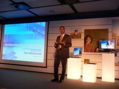 """Intel-Manager MacDonald demonstrierte in seiner Keynote das """"Media Center PCO9350i"""", einen Unterhaltungs-Server für das vernetzte Wohnzimmer."""