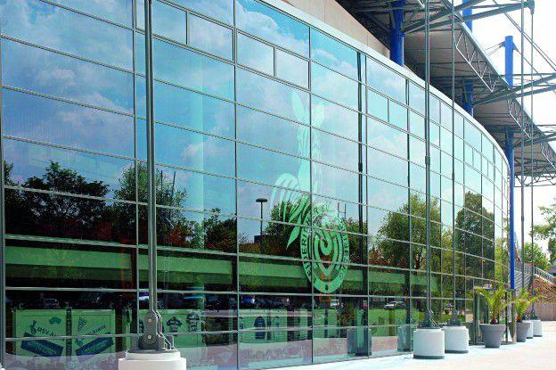 Der Glashersteller Pilkington sorgt - wie hier bei der MSV-Arena in Duisburg - mit seinen Produkten für Durchblick. Dank Managed Security Services macht er auch seine Sicherheitskosten transparent.