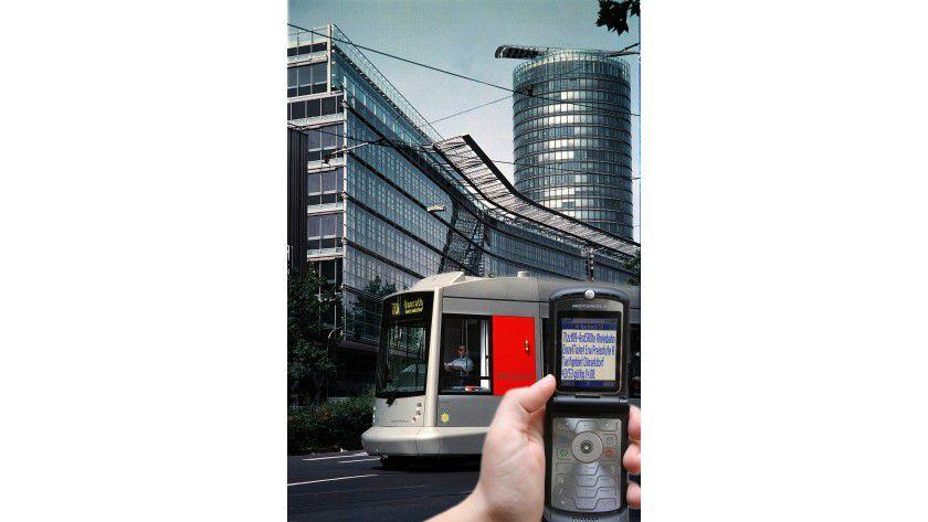 In elf deutschen Großstädten und Regionen können Fahrkarten für Bus und Bahn per Handy gekauft werden.