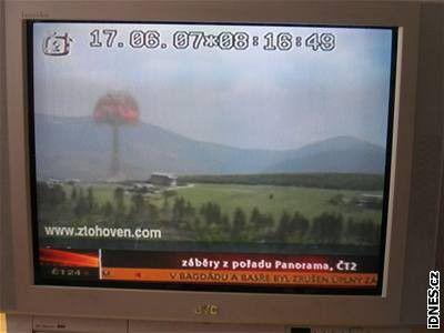 Die Explosion sah für die Zuschauer real aus, da Moderation und Laufbänder im Programm von CT2 passend zum Bild des Riesengebirges weiterliefen.
