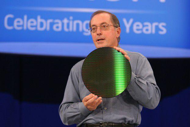 """Stolz präsentiert Intel-Chef Paul Otellini beim IDF einen """"Penryn""""-Wafer."""