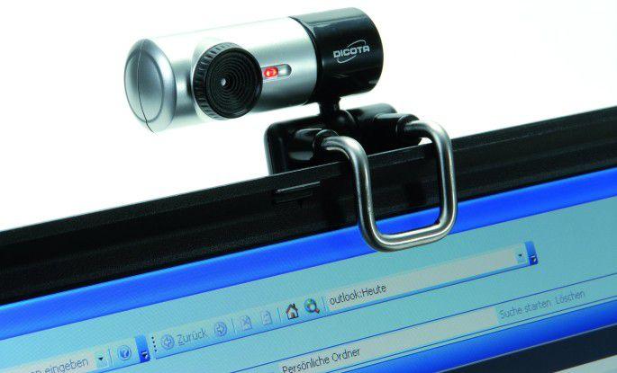 Die USB-Kamera findet am Bildschirm festen Halt, ist aber dennoch gut schwenkbar.