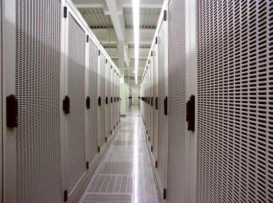 Virtualisierung kann im Rechenzentrum zu einer höheren Auslastung der Server führen. Auf diese Weise lässt sich die Anzahl der Systeme reduzieren und somit auch der Bedarf an Kühlung. Alles zusammen hilft, den Strombedarf deutlich zu senken.
