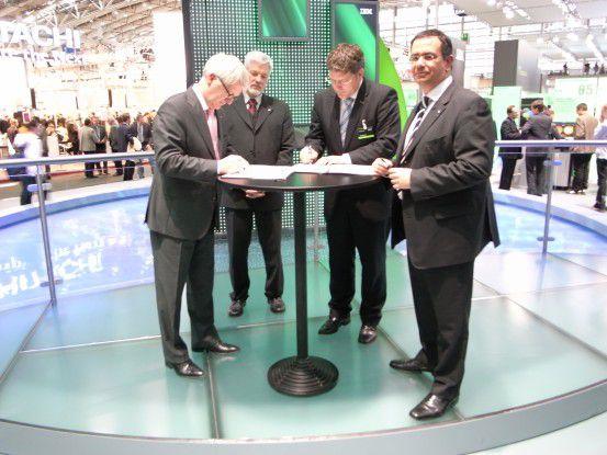 Constantin Kontargyris, CIO vom TÜV Rheinland (ganz rechts), und IBM-Geschäftsführer Thomas Fell (zweiter von rechts), arbeiten in Sachen Green IT zusammen.