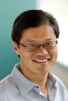 Jerry Yang beugt sich dem Druck der Aktionäre und räumt den CEO-Sessel von Yahoo!.