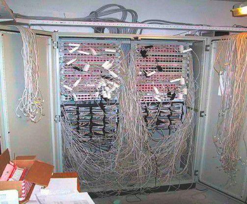 Spaghetti-Challenge: Nur auf den ersten Blick herrscht im Netz ein Chaos, wenn Kupfer- und Glasfaserverkabelung parallel zueinander existieren.