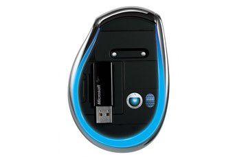 Microsofts BlueTrack-Maus von unten - dort lässt sich der USB-Empfänger einklinken.