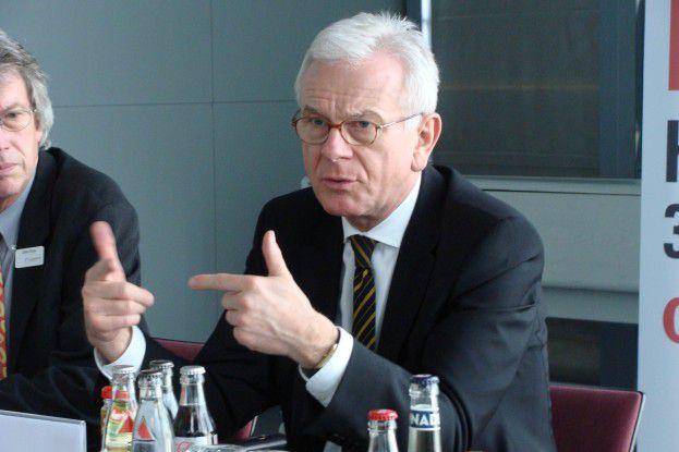 Laut EU-Parlamentspräsident Hans-Gert Pöttering (hier auf einem Pressetermin auf der Messe) wirft die schlechte Breitband-Versorgung in Deutschland ein schlechtes Bild auf die gesamte IT-Industrie.