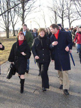 Zusammen mit den Mitarbeitern der O2-Zentrale drehte Ministerin Ulla Schmidt (Mitte) eine 'Extrarunde' durch den Münchner Olympiapark.