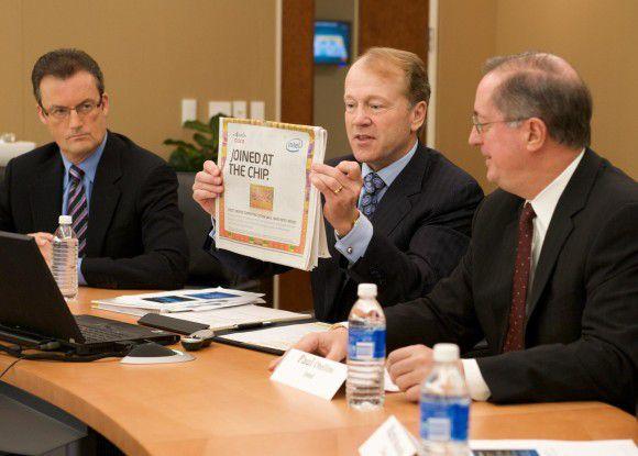 """Gemeinsam mit Partnern wie Intel Boss Paul Otellini will Cisco-Chef Chambers das Rechenzentrum erobern. Ihren Schulterschluss untermauerten die Unternehmen mit Anzeigen unter dem Motto """"Cisco, Intel - joined at the chip"""""""