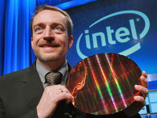 Pat Gelsinger von Intel präsentiert einen Wafer für neue Nehalem-Chips.
