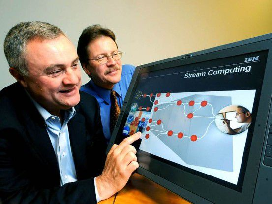 Steve Mills, Senior Vice President IBM Software (links) und Dr. John Kelly, Senior Vice President IBM Research, betrachten die neue Streaming-Technik.