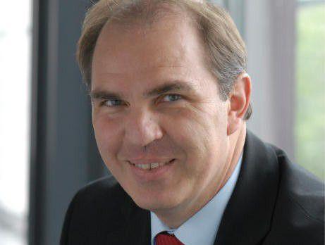 Gerhard Gudergan entwickelt am Forschungsinstitut für Rationalisierung in Aachen Standards für die Beschreibung von Dienstleistungen.