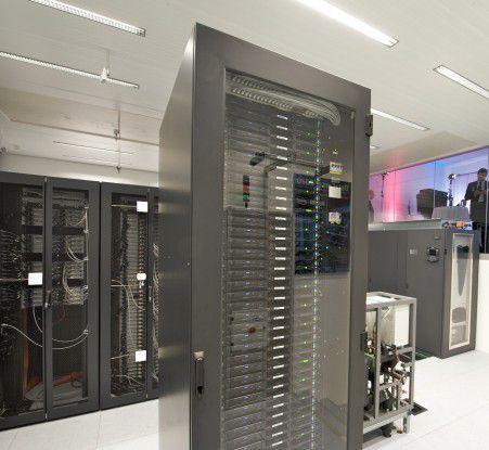 Serverschränke, Klimaanlage und Deckensensoren im DataCenter 2020.