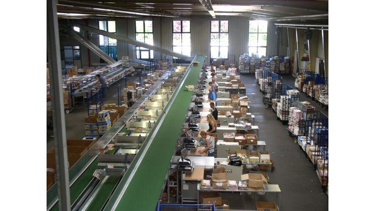 Bei einem Presse-Grossisten dauert es eine Stunde, bis die für einen Händler zusammengestellten Zeitungen und Zeitschriften fertig verpackt sind und weggeschickt werden.