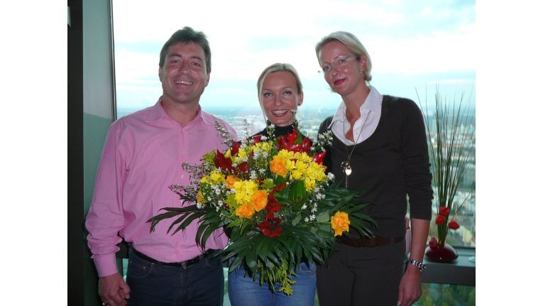 Rainer Wörl und Dorit Bode bedankten sich bei Mitarbeiterin Kamila Gottwalz (m.) mit einem Blumenstrauß für die perfekte Organisation des Events.