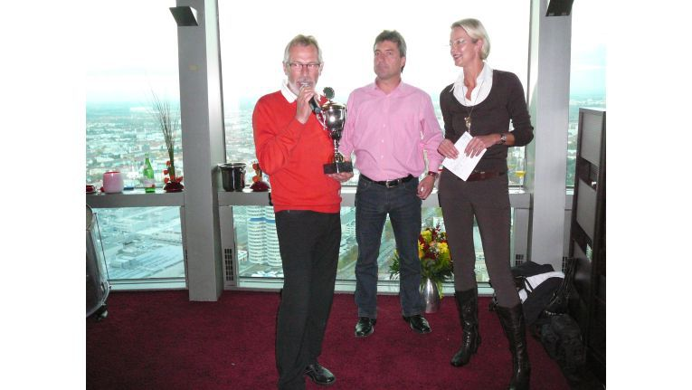 Sieger: Live-Netzwerk-München-Geschäftsführer Siegfried Strobl (l.) nahm den Pokal für den ersten Platz von den HP-Managern Rainer Wörl und Dorit Bode entgegen.