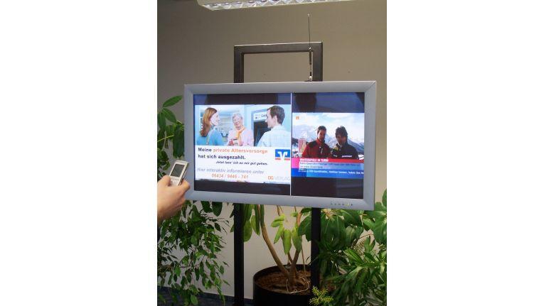 In einer Bank können die Kunden per Handy Informationen auf dem Public Display abrufen.