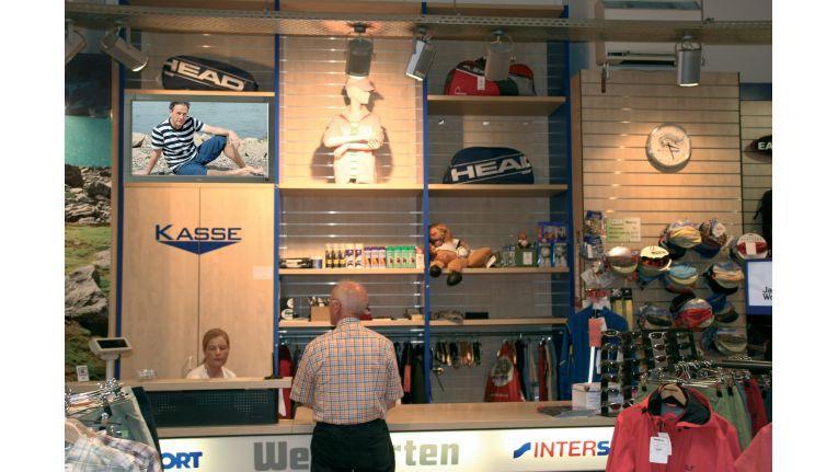 In kleineren Geschäften wie hier eines für Sportartikel ist ein großes Public Display unangebracht.