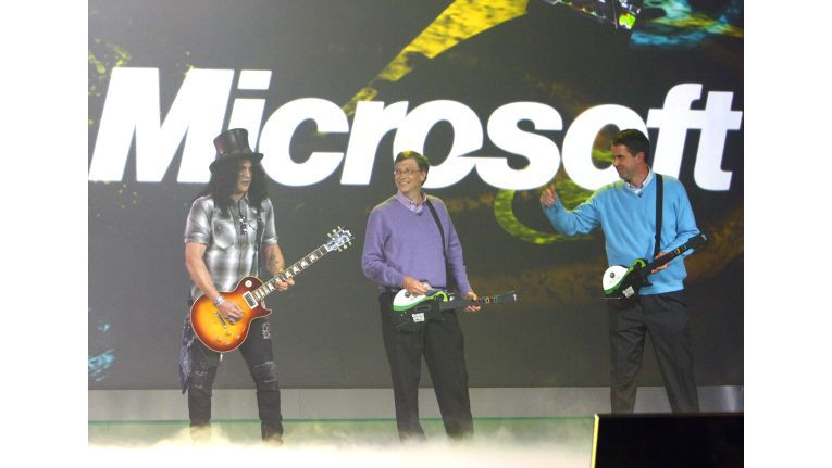 Guitar Hero Bill Gates, auf der CES. Statt selber zu spielen, ließ Gates den mit der Rockband Guns 'Äön'Äò Roses bekannt gewordenen Gitarristen Slash antreten.
