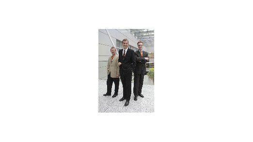 Die Gewinner der größten deutschen Anwender-Zufriedenheitsstudie 2007. Platz 1: Matthias Mehrtens von den Stadtwerken Düsseldorf (Mitte), Platz 2: Carsten Siegel von Walter Rau Lebensmittel (rechts) und Platz 3: Karl Friedrich Guth von Weber-Haus (links).