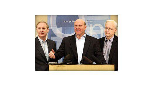 Wird alles anders oder bleibt doch alles beim Alten bei Microsoft? Konzern-Chef Steve Ballmer (Mitte) kündigte an, sein Unternehmen werde sich mehr für Kunden und Wettbewerber öffnen.