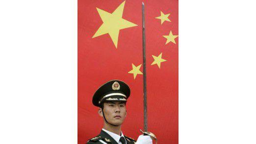 Regel 2: Verkneifen Sie sich Kritik am Land und am System, wenn Sie in China ins Geschäft kommen wollen. Regel 3: Interessieren Sie sich für Ihren chinesischen Geschäftspartner. Studieren Sie seine Visitenkarte, fragen Sie ruhig nach, was Vor- und was Nachname ist - Neugier nimmt keiner übel, Desinteresse schon.