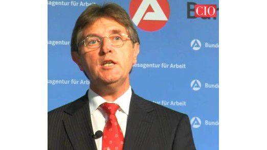 """Klaus Vitt, CIO der Bundesagentur für Arbeit, erläutert das IT-Projekt """"Allgemeine Terminvereinbarung""""."""