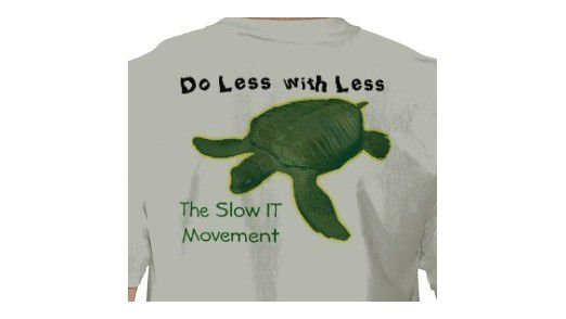 Macht sich gut unter dem Business-Hemd: Das Slow IT-Movement-Shirt.