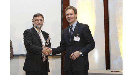 Professor Helmut Krcmar von der TU München mit dem diesjährigen Gewinner Peter Meyerhans von Drees & Sommer (rechts).