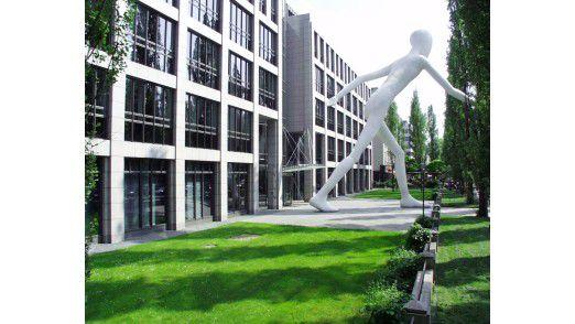 """Münchener Rück, München. Der Vorplatz des Gebäudes an der Leopoldstraße wird durch Jonathan Borofskys Skulptur """"Walking Man"""" bestimmt."""