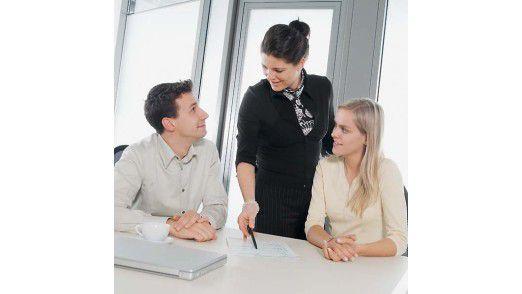 Chefs sollten berücksichtigen: Ein Lob vor Kollegen spornt Mitarbeiter an.