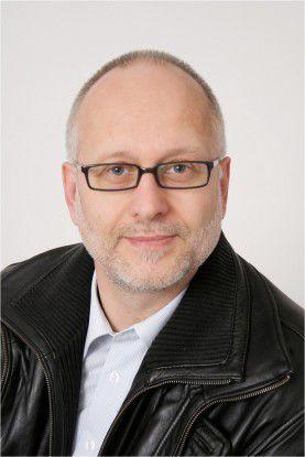 Auch Martin Bartonitz, Testnutzer des neuen Personalausweises bei Saperion, muss noch auf den richtigen Ausweis warten. Bis dahin probiert er die Funktionen mit seinem Testexemplar aus.