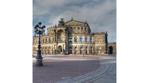 Hinter der Semperoper über die Brücke geht es nach Dresden Neustadt - jetzt mit eigener Smartphone-Währung.