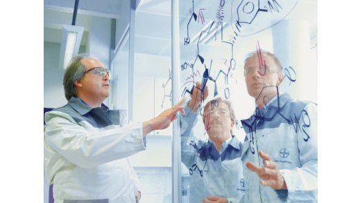 Wissen ist dreimal wichtig: Für die Bayer-Konzerne HealthCare (u.), MaterialScience (o.) und CropScience (M.) spielen die Bereiche Forschung und Entwicklung eine entscheidende Rolle.