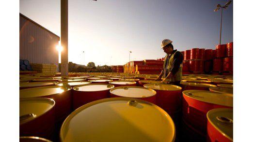 Das ist Shell: 44.000 Tankstellen weltweit. Bohrtürme, die jeden Tag 3,3 Millionen Barrel Öl fördern. Eine Flotte von Tankschiffen sowie mehr als 30 eigene Raffinerien und Chemiebetriebe.