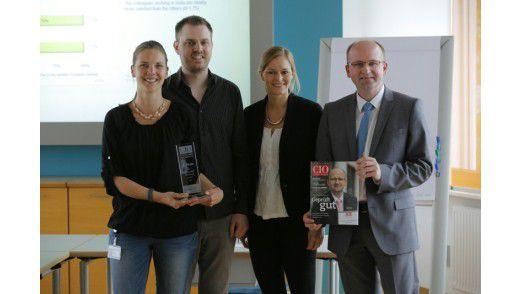 """Freuten sich über die Auszeichnung beim """"IT Excellence Benchmark (ITEB)"""" (v.l.): Fanny Huber (Teamleiterin Software-Entwicklung), Dominik Protzek (Teamleiter IT-Support), Carolin Beck (IDG Business Media GmbH), Frank Müthing (Leiter IT-Abteilung)"""