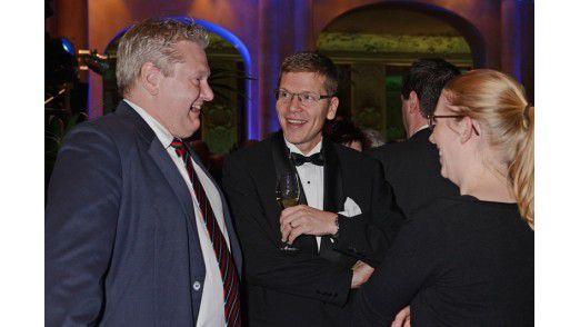 CIO Axel Schulte von Siemens Financial Services sowie Ulrich Bäumer, Partner bei der Rechtsanwaltskanzlei OsborneClarke und Kuratoriumsmitglied der CIO Stiftung, und Claudia Liebl beim Small Talk (v.l.n.r.).