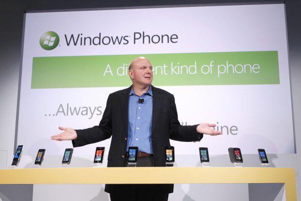 Welches Schweinderl hätten 'S denn gern? Microsoft-CEO Steve Ballmer mit dem Windows Phgones der ersten Stunde. Foto: Microsoft