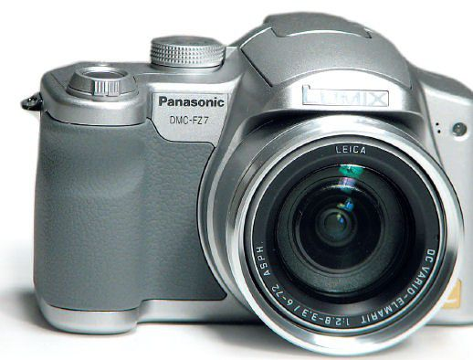 RUTSCHFEST Dank großzügiger Gummierung im Griffbereich liegt die Panasonic DMC-FZ7 immer sicher in der Hand