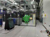 Ein eingesperrter Android robot im Google-Rechenzentrum.