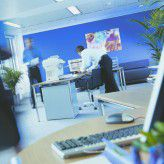 Um möglichst produktiv zu arbeiten, sollten Gegenstände auf dem Schreibtisch so platziert werden, dass man sie gut erreichen kann.