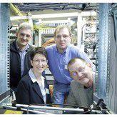 IT-Leiterin Sandra Kuetz im Rahmen ihrer Kollegen. Zusammen setzten sie eine radikale Erneuerung der Netzwerkinfrastruktur um.