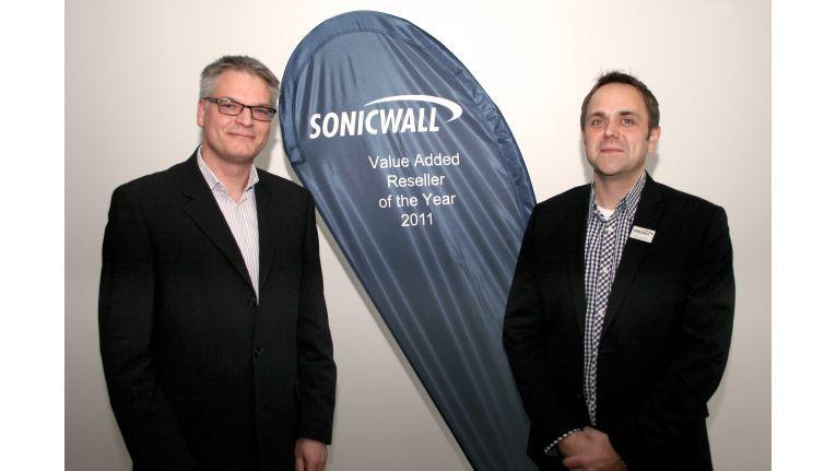 Cancom ist Sonicwalls VAR des Jahres 2011; Dietmar Caspers von Cancom (links) und Sven Janssen, Country Manager Germany von Sonicwall