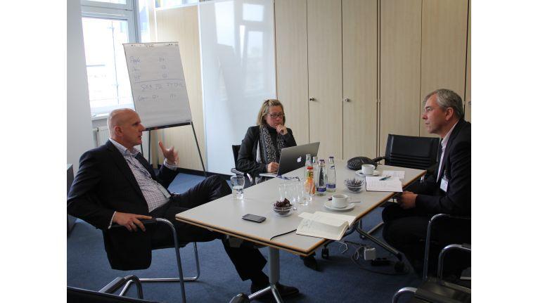 Michael Dressen, Regional Director Deutschland und Österreich bei Tech Data, und Tina Altmann (ebenfalls Tech Data) im Gespräch mit ChannelPartner-Chefredakteur Christian Meyer.