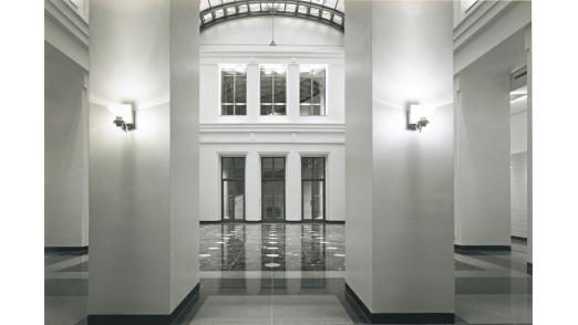 Innenansicht des Kassensaals der KfW in Berlin.