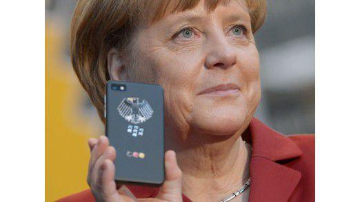 Als hätte sie es geahnt: Bundeskanzlerin Angela Merkel lässt sich auf der CeBIT 2013 mit dem BlackBerry ablichten.