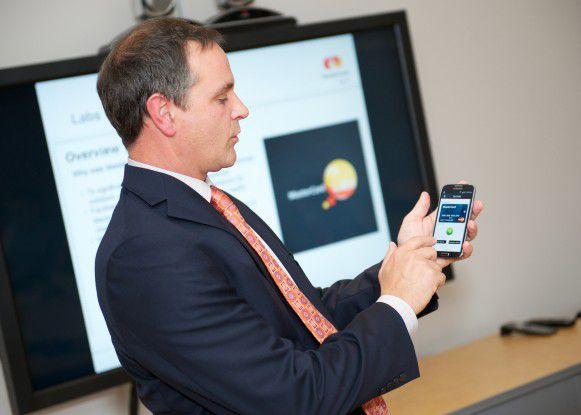 Will Giles, zuständig für Emerging Payments bei MasterCard Canada zeigt die Funktionsweise der virtuellen Kreditkarte auf dem Smartphone.