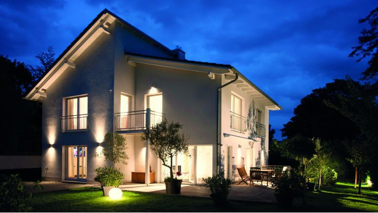 Das Licht schaltet sich an, wenn der Hausherr in die Garage fährt. Eines der Beispiele, wie ein Smart Home seine Besitzer empfängt.